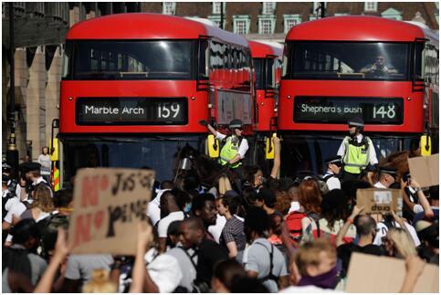 当地时间31日,伦敦警方正在示威现场维持秩序 图源:CNN