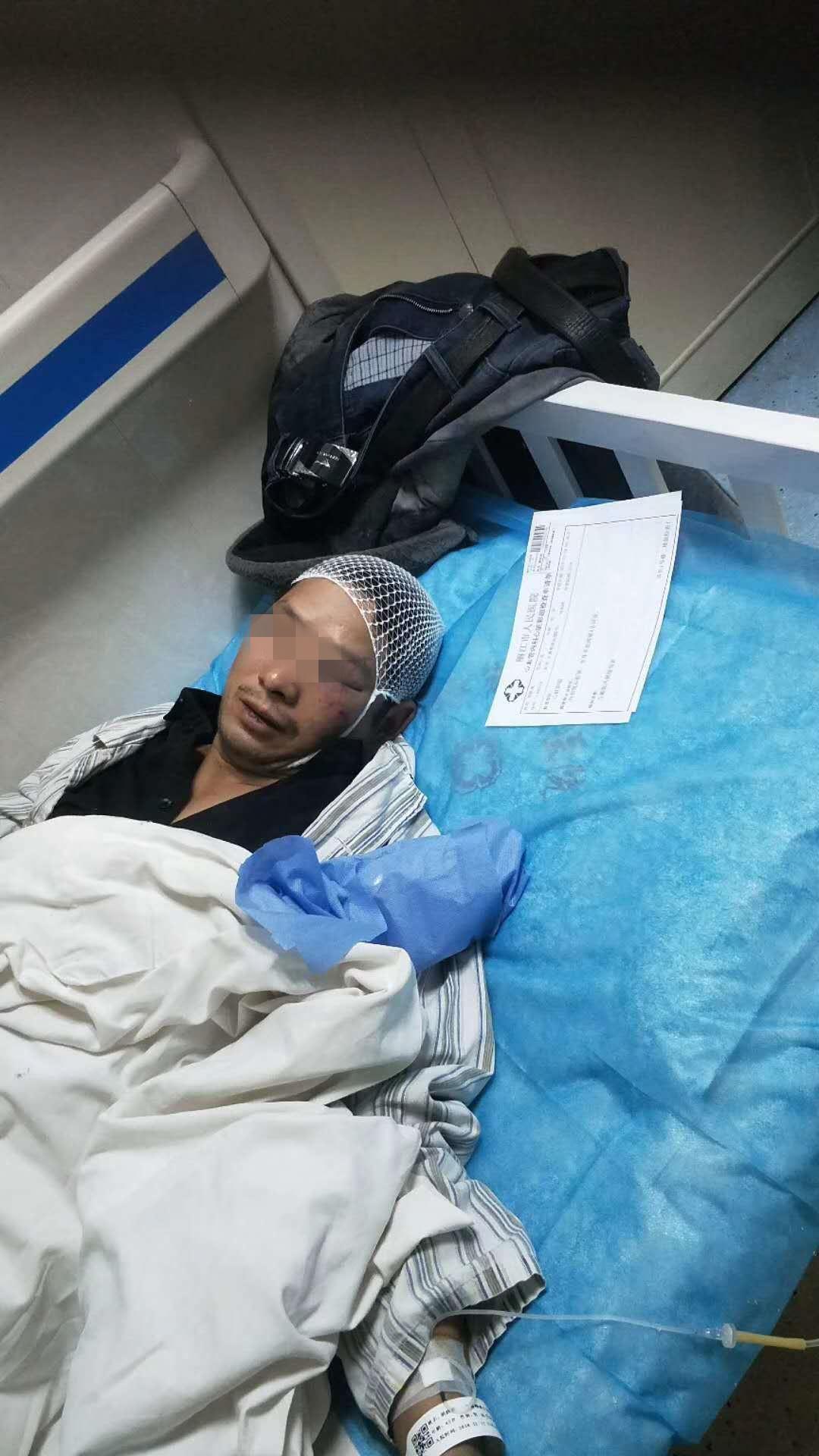 受伤工人在医院治疗。受访者供图