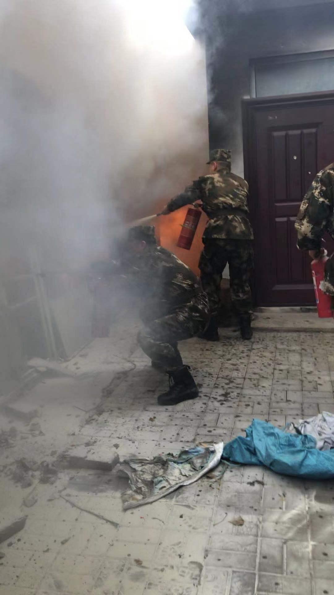 北京市朝阳区一居民楼旁车棚起火,武警官兵前往救援。受访者供图