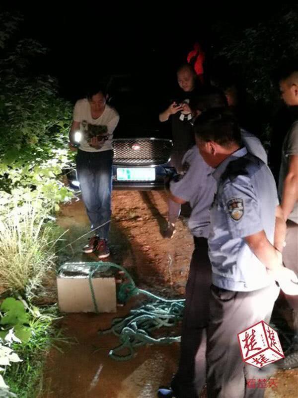 民警从鱼塘内将保险柜捞出
