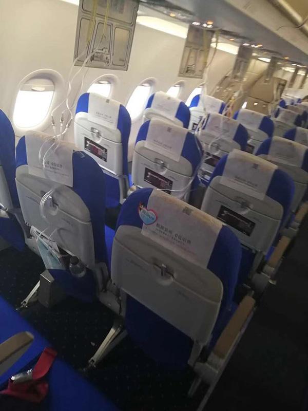 备降南昌机场后乘客下飞机时客舱情况