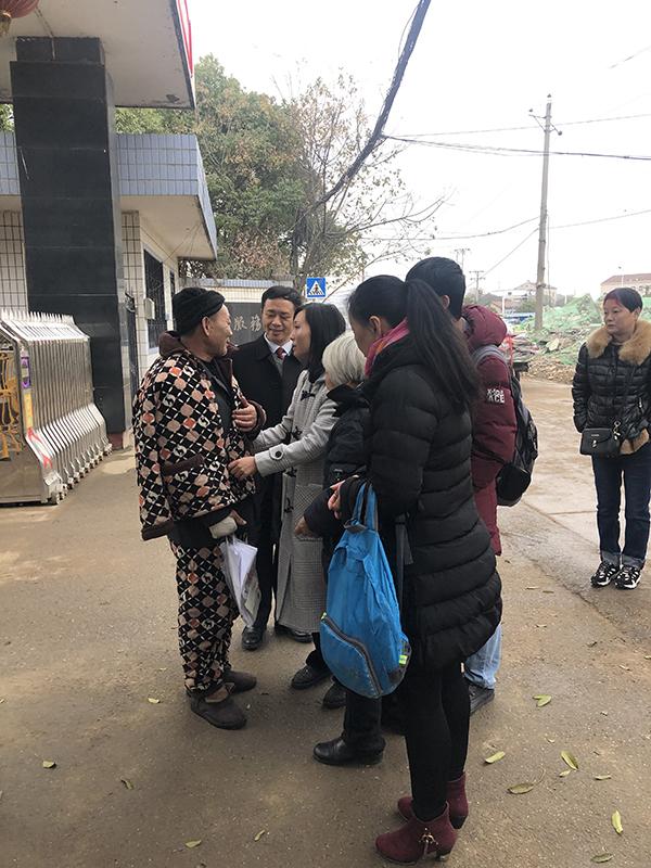 杨建平的女儿和老母亲到望守所将其接出 此案辩护律师雷刚 供图