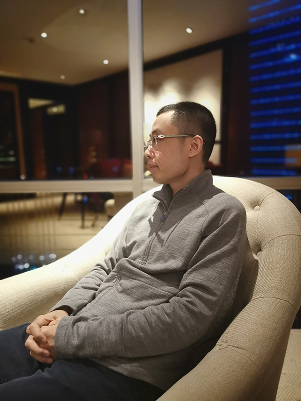 花总坐在酒店里。澎湃讯息记者 朱莹 图
