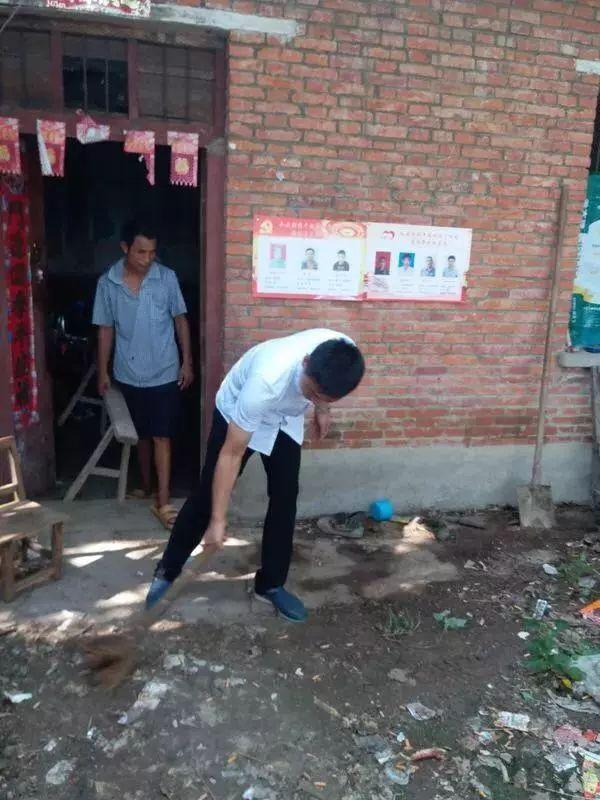 基层调研一幕:扶贫干部帮贫困户打扫卫生