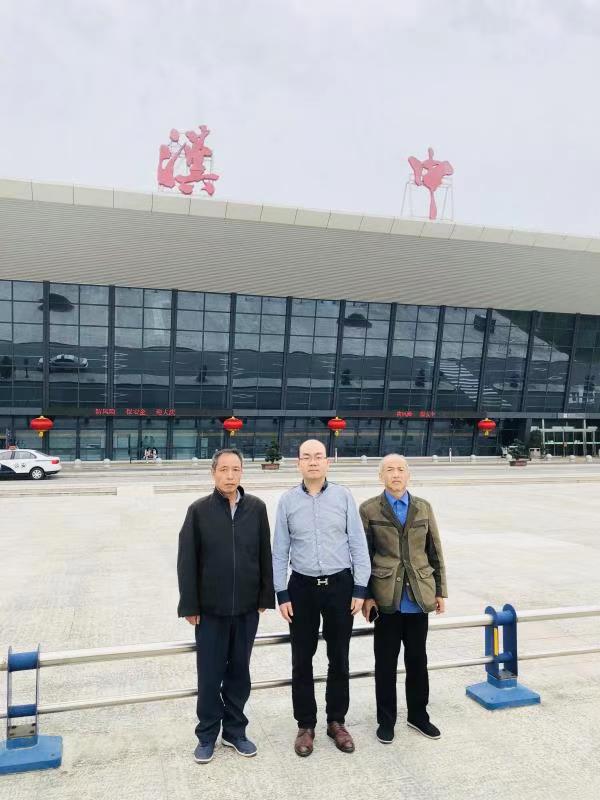 鲁天惠(右一)和其申诉代理人邓学平(中)合影 受访者供图