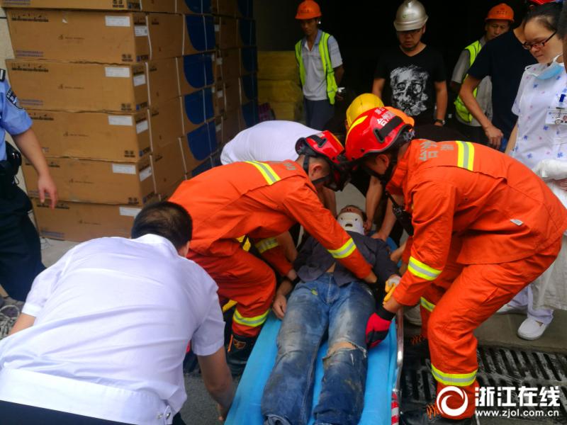 杭州桐庐突发一起三车相撞事故 1人被困