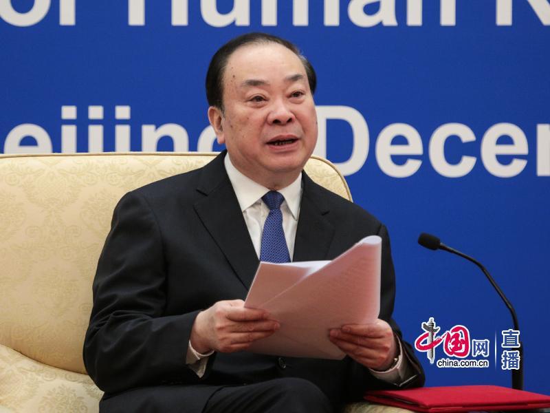 中共中间政治局委员、中间书记处书记、中间宣传部部长黄坤明介绍情况。中国网 孙宇 摄