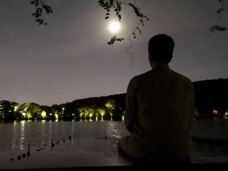 △中秋节,林生斌坐在西湖边供图| 林生斌