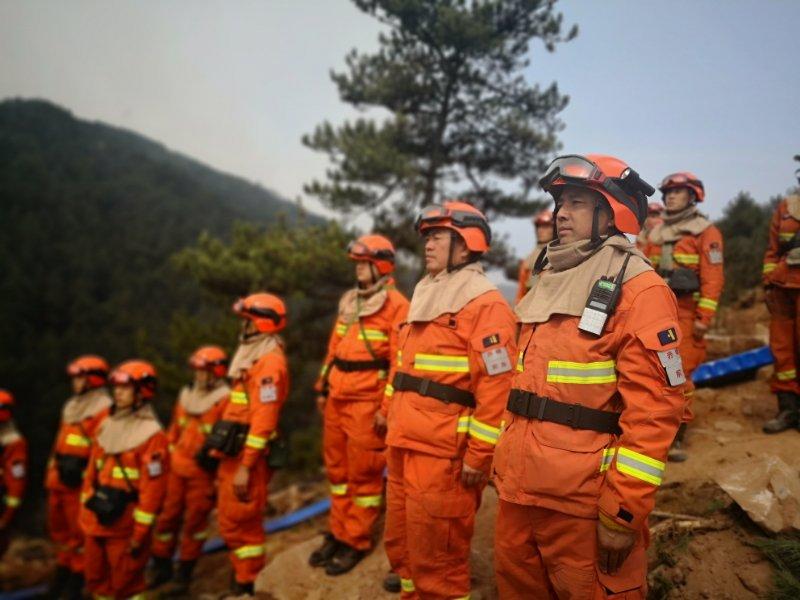 沁源火灾执行任务的消防员默哀送别凉山英雄。消防供图