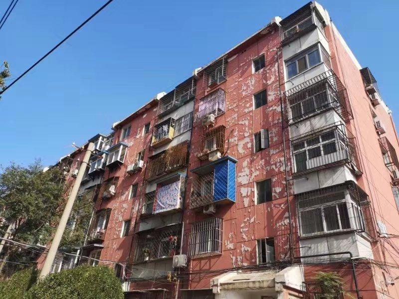 1号楼楼体外漆皮脱落。新京报记者 张静雅 摄