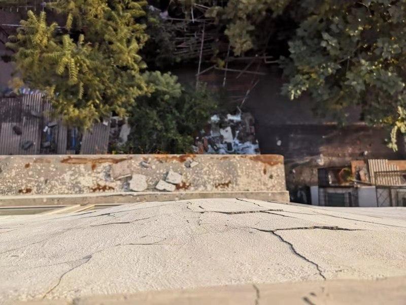 刘女士家阳台外墙皮裂缝。新京报记者 张静雅 摄