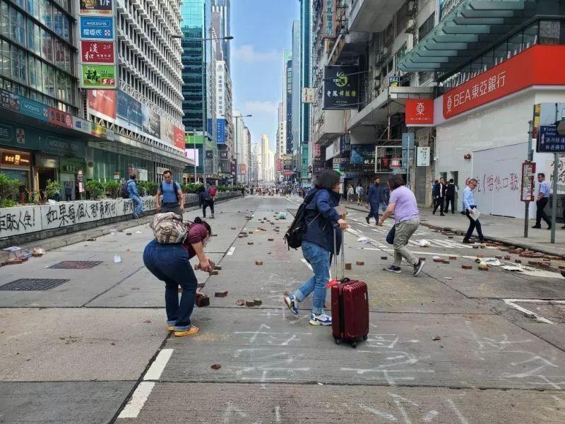 香港市民清理路障现场 图自港媒