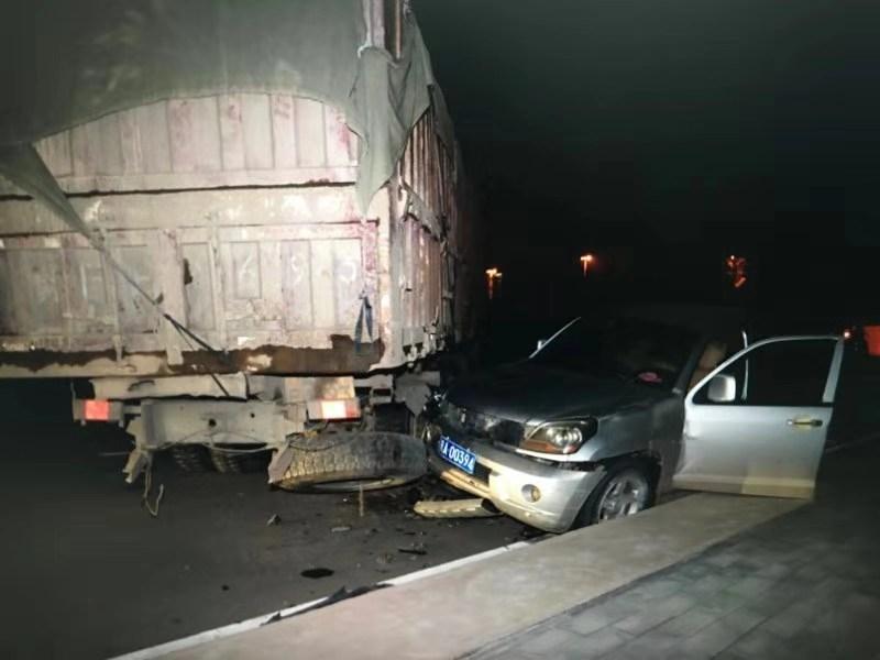 嫌疑车辆撞在大卡车上停下来,警方从而捕获犯罪嫌疑人。警方供图