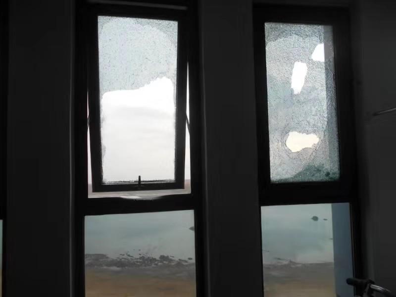涉事男子将自家玻璃砸破。警方供图