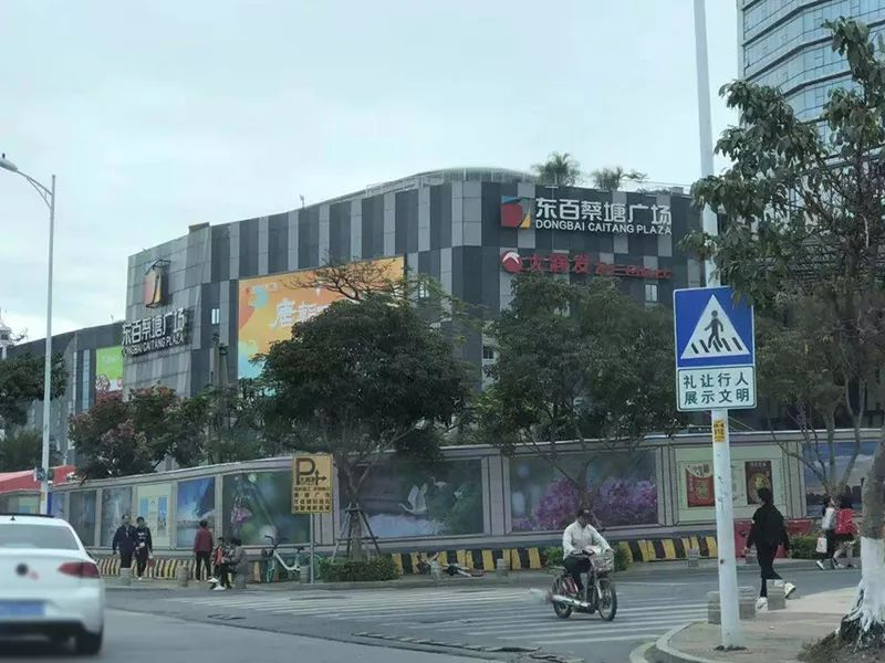 该商场多个店铺员工称劳荣枝在其中一家店铺卖手表。澎湃新闻记者 王选辉 图