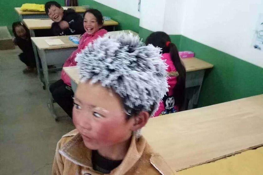 ▲2018岁首,云南昭通别名头顶风霜上学的孩子照片在网上引首普及关注。图片来自网络