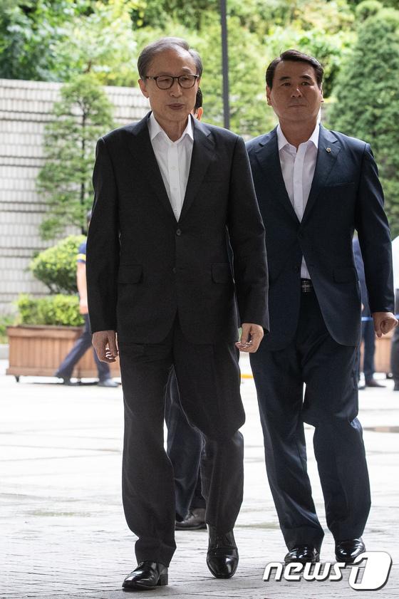 4日下午,李明博出庭受审,无工作人员搀扶(news 1)