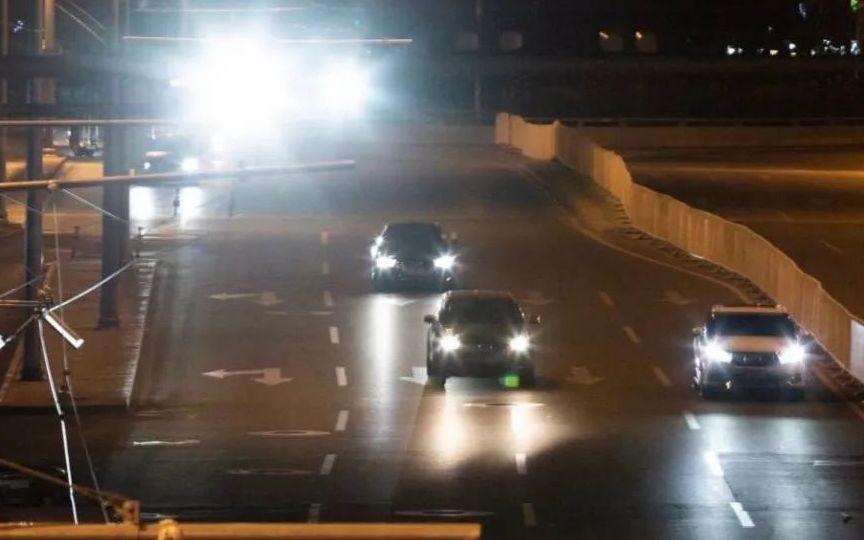 ▲11月12日晚,安定门外大街,主路上的监控补光灯。摄影/新京报记者李凯祥