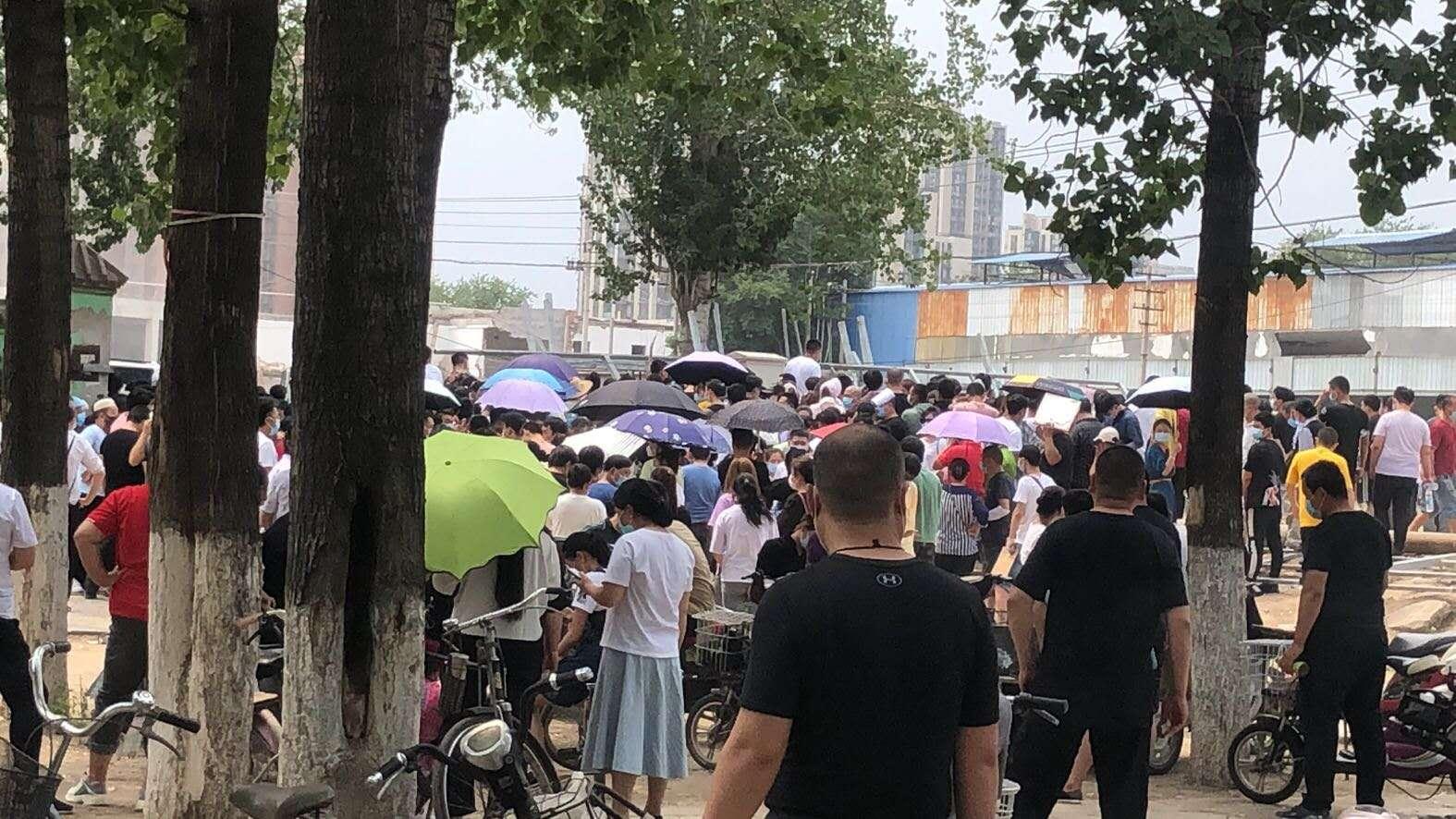 北京昌平区某地,餐饮业人员等待检测核酸。受访者供图
