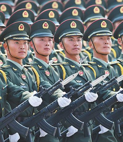 受阅的陆军方队。新华社记者 陶明摄