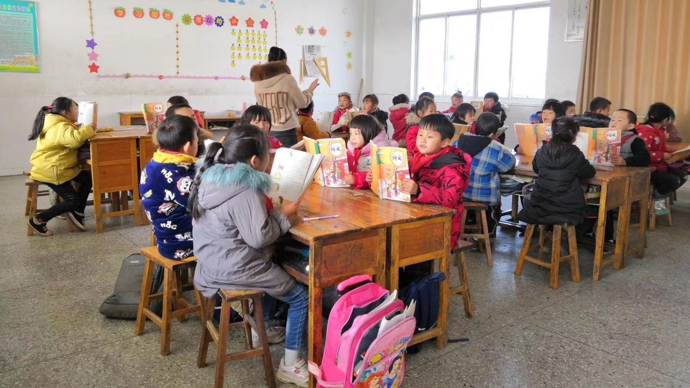 响水县陈家港镇海安集中心小学的学生正在教室上课。图片来源:盐城发布