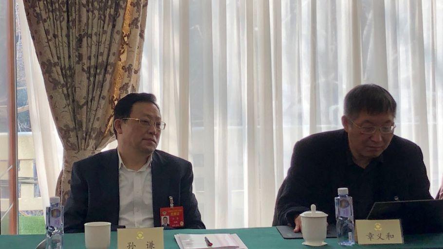 3月4日,全国政协常委最高检副检察长孙谦(左一)在小组会上。摄影/新京报记者 何强