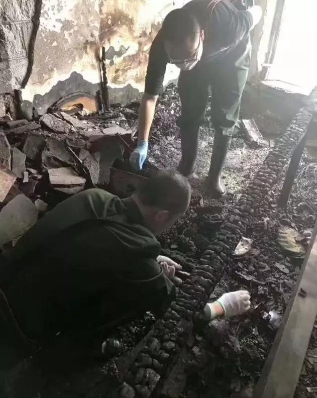 工作人员正在检查被烧毁的湘绣作品。