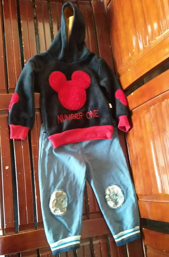 失踪男童尤逸轩与其兄有同款衣服,图为其走丢时类似穿着。上来源:受访者供图