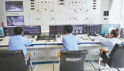 额勒赛水电站员工在中控室内值班。本报记者 赵益普摄
