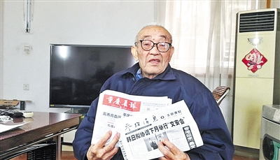 刘老长期保持阅读报纸的习惯。