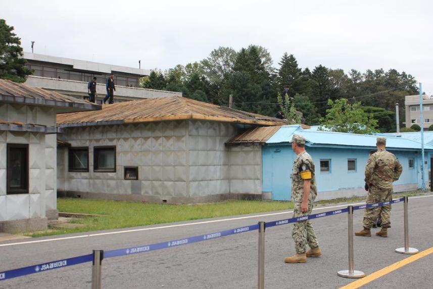 """修复屋顶现场(""""联合国军司令部""""推特)"""