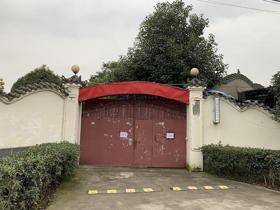 成都嘉年华已停业,招牌标语已被剔除。 澎湃新闻记者 胥辉 图