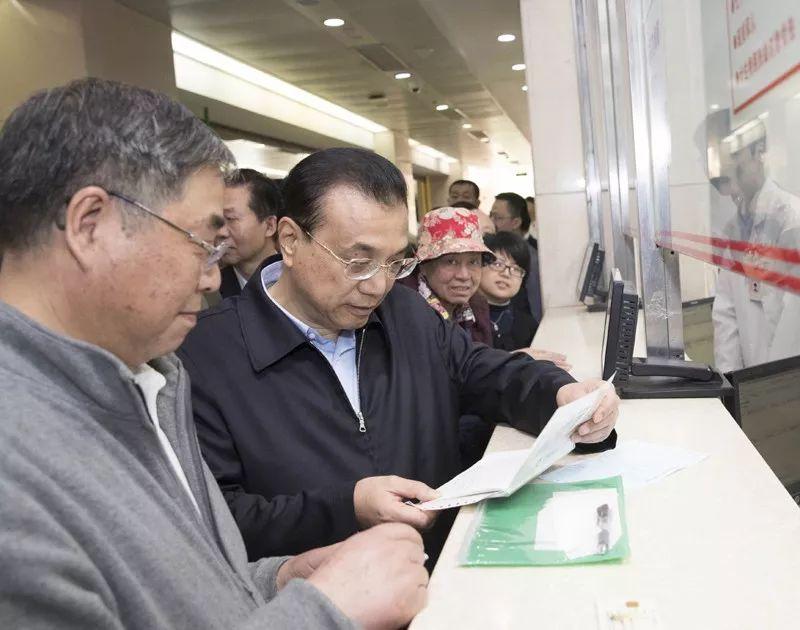 2018年4月11日,李克强总理来到上海复旦大学附属华山医院,考察民生迫切需求的药品供应及价格。