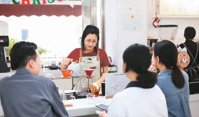 图为在广东省广州市的梦想弃自家烘焙咖啡馆,店员为宾客冲调来自埃塞俄比亚的咖啡。  新华社记者 程 丽摄