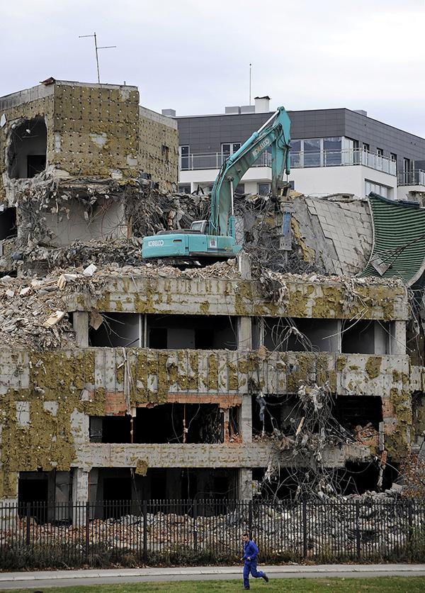 2010年11月10日,发掘机正在拆除前中国驻贝尔格莱德的大使馆。1999年,中国驻贝尔格莱德大使馆遭到北约轰炸。视觉中国 原料
