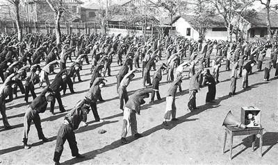 1951年,新中国第一套广播体操正式颁布。原料照片