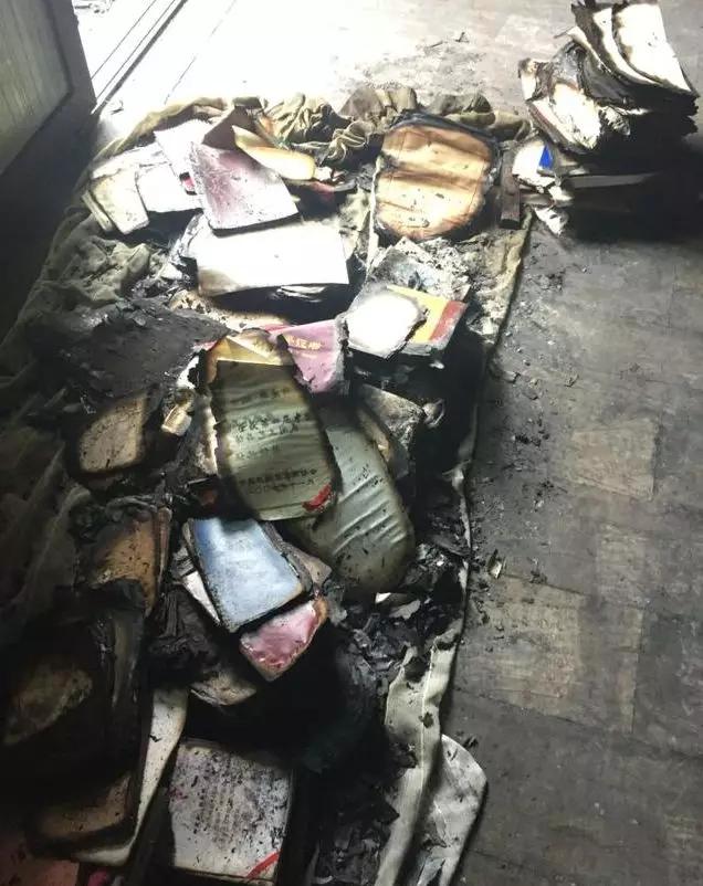 """被大火烧过的艺术馆一片狼藉。 本文图片均来自 """"今日女报""""微信公众号"""