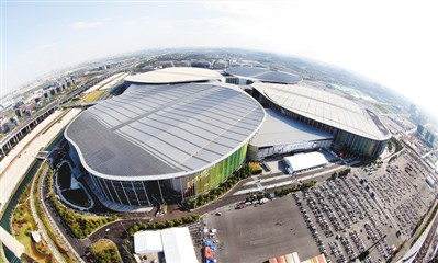 图为无人机拍摄的首届中国国际进口博览会主场馆——国家会展中心(上海)。  新华社记者 凡 军摄