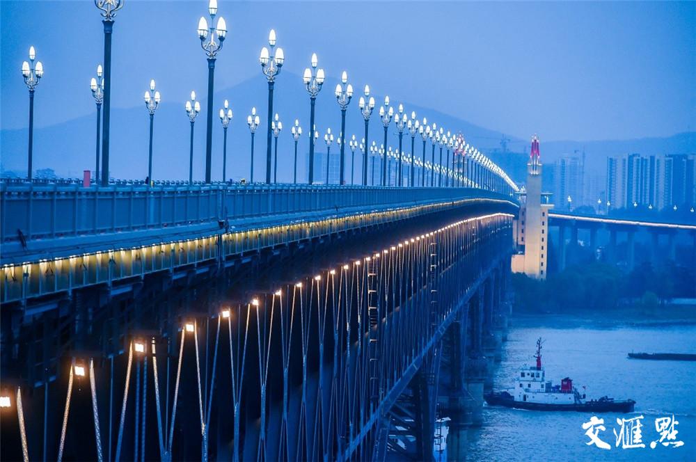 经过集体亮化工程的装点,异日的大桥将成为市民、游客夜游南京的一处胜地。新华报业视觉中心记者 邵丹摄