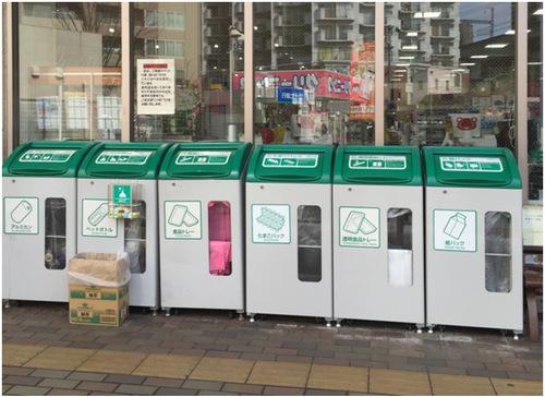 日本某超市门口的垃圾分类回收箱 田泓摄