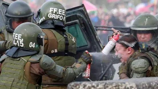 【蜗牛棋牌】智利女警被扔燃烧瓶 表情惊恐痛苦(图)