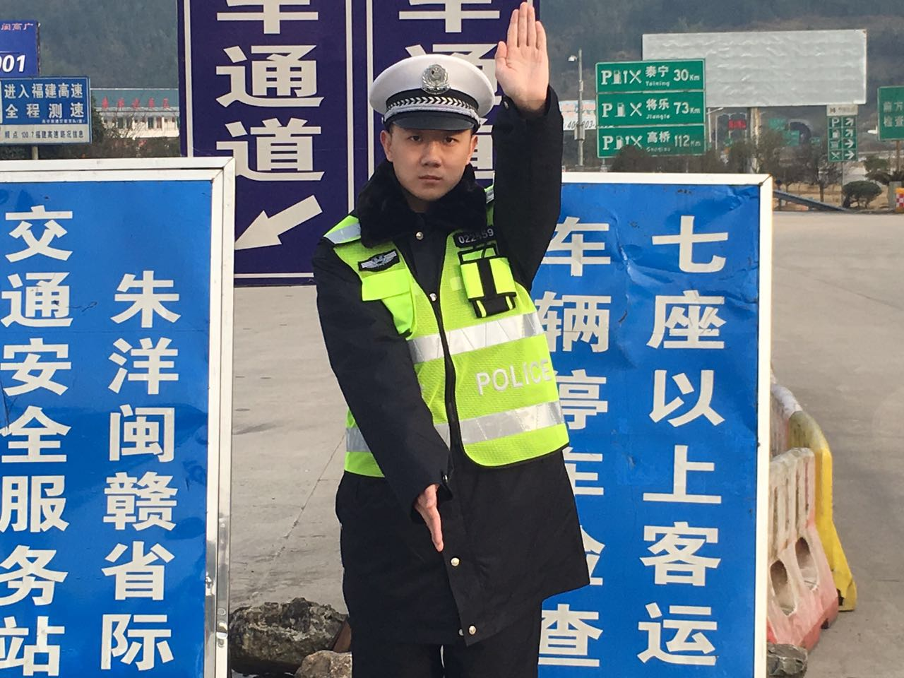 刘才增暗示车辆停车。李嘉 摄