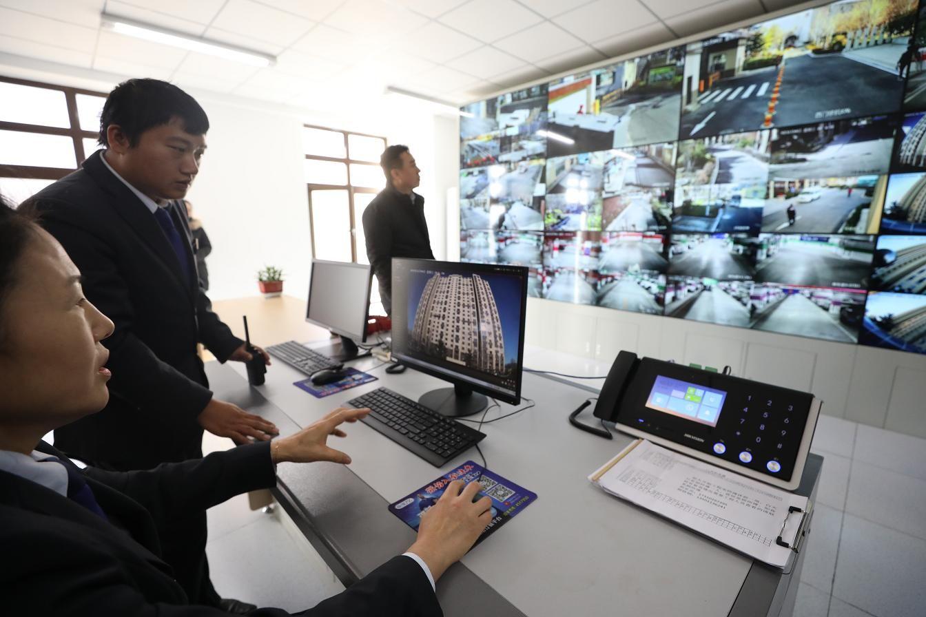 安新路6号院小区物业人员在展示高空抛物专用监控探头拍摄的画面。摄影/新京报记者 王飞