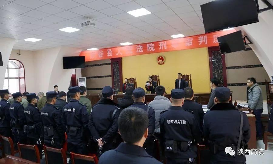 府谷县人民法对被告人曹红红为首的14人犯敲诈勒索罪案件进行了公开宣判。