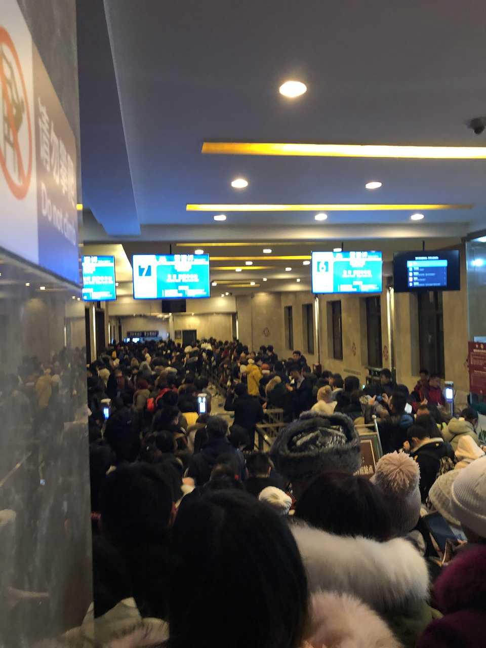 昨晚大量游客滞留于峨眉山雷洞坪车站。受访者供图