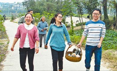 李夏(前右一)在安徽省绩溪县长安镇浩寨村走访群众。 资料照片(新华社发)