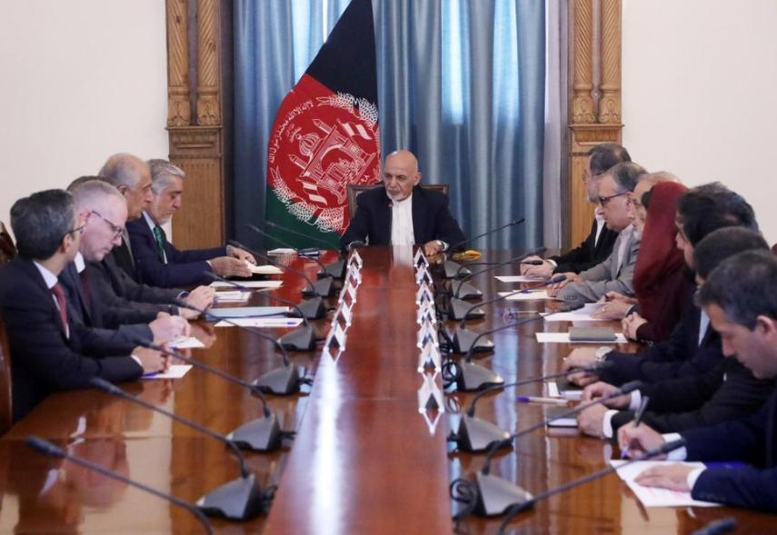 阿富汗总统加尼听取协议草案简报。(图源:路透社)