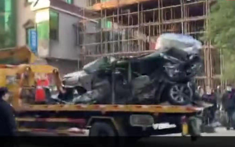 有车辆将已经被砸变形的小汽车从现场运输出来。新京报记者 常卓谨 摄