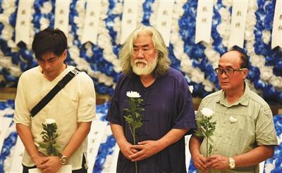 曾与计春华合作过的导演张纪中(中)、演员陈龙(左)双手合十肃穆悼念,眼眶泛泪,心情沉重。