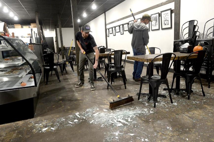 当地民众正在清理爆炸冲击波震碎的玻璃(美国CBS)
